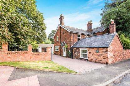 5 Bedrooms Detached House for sale in Highfields Road, Chasetown, Burntwood, Staffordshire