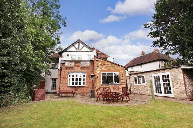 4 Bedrooms Detached House for sale in Orchard Drive, Uxbridge, UB8