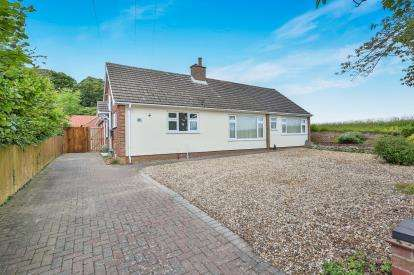4 Bedrooms Bungalow for sale in Drayton, Norwich, Norfolk