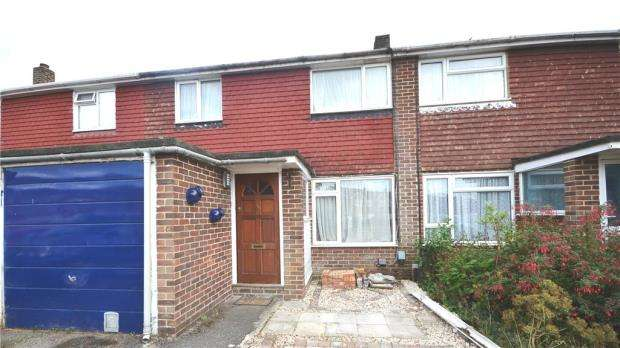 3 Bedrooms Terraced House for sale in Christchurch Drive, Blackwater, Surrey