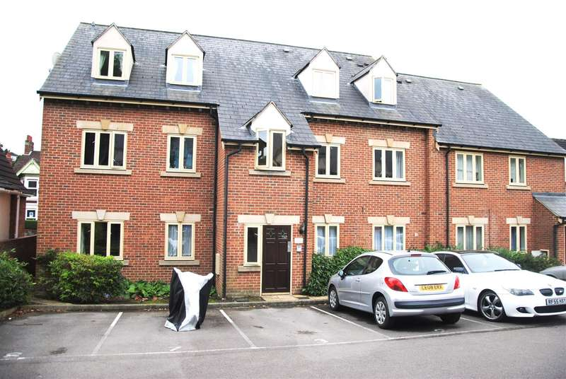 2 Bedrooms Flat for sale in Kingshill Court, Swindon