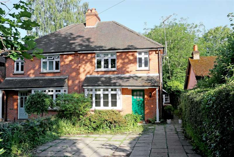 3 Bedrooms Semi Detached House for sale in Finchampstead Road, Finchampstead, Wokingham
