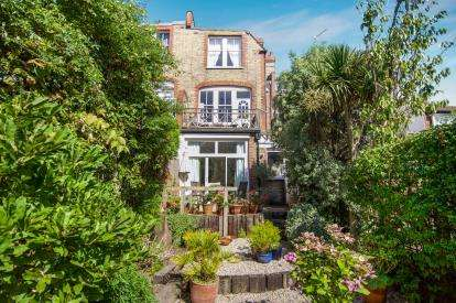 2 Bedrooms Maisonette Flat for sale in Hillfield Park, Muswell Hill
