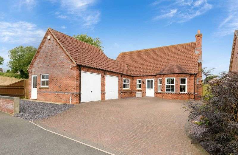 4 Bedrooms Detached Bungalow for sale in Brackenbury Close, Horncastle