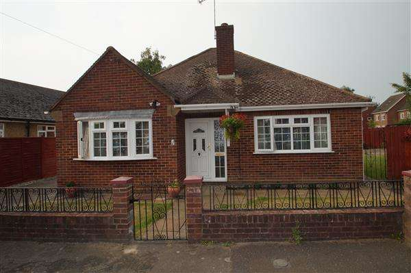 3 Bedrooms Bungalow for sale in Central Drive, Cippenham