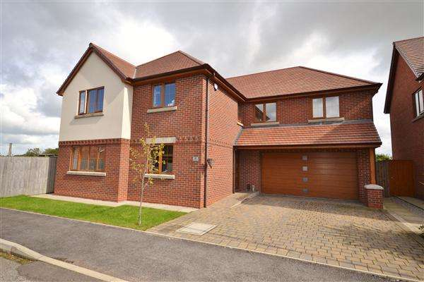 5 Bedrooms Detached House for sale in Springfield Gardens, Euxton, Chorley