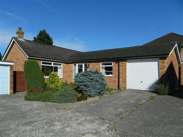2 Bedrooms Bungalow for sale in Downsview Drive, Midhurst, West Sussex, GU29