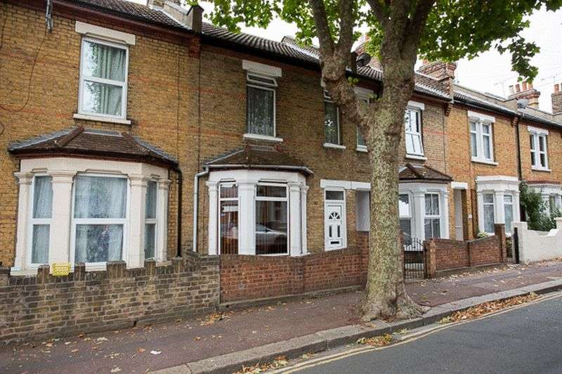 3 Bedrooms Terraced House for sale in Tudor Road, Westcliff On Sea