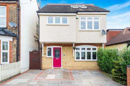 4 Bedrooms Detached House for sale in Mawneys, Romford, Essex