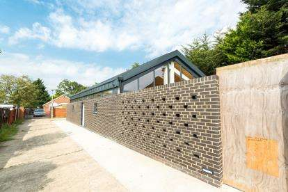 2 Bedrooms Bungalow for sale in Collier Row, Romford, Essex