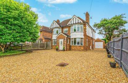 4 Bedrooms Detached House for sale in Brook Street, Stotfold, Hitchin, Bedfordshire