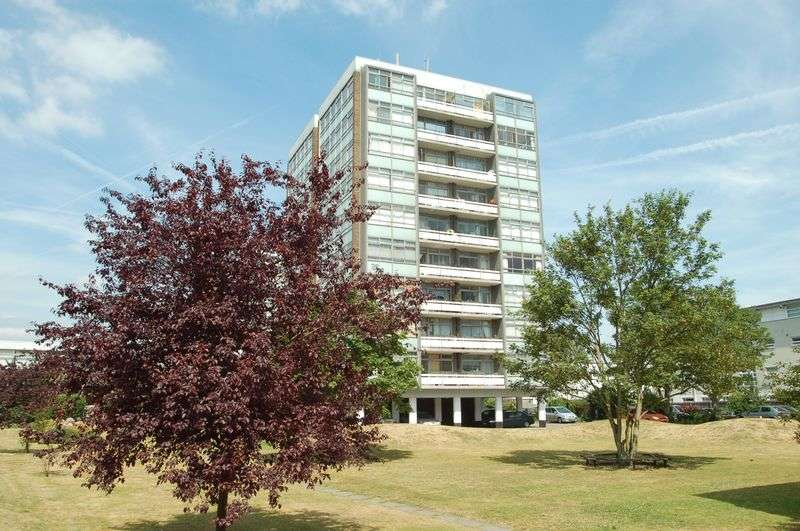2 Bedrooms Flat for sale in Wellington Close, Walton on Thames.
