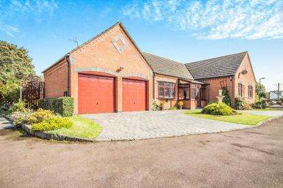 3 Bedrooms Bungalow for sale in Beechers Keep, Brandon, Coventry, Warwickshire