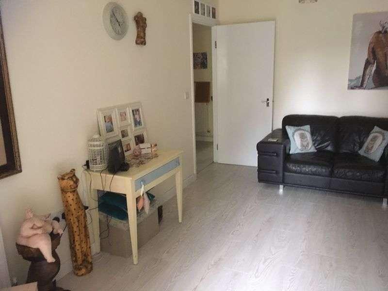 2 Bedrooms Flat for sale in Hepworth Court, Stevenage