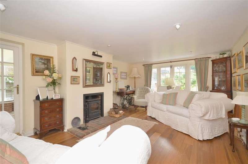4 Bedrooms Semi Detached House for sale in Chestnut Walk, Tangmere, Chichester, West Sussex