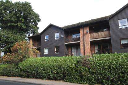 2 Bedrooms Flat for sale in Darlington Court, Broomwood Gardens, Pilgrims Hatch, Brentwood
