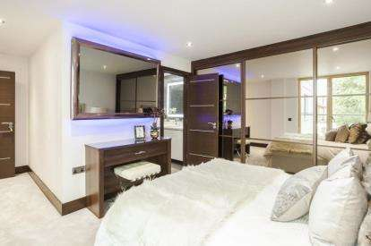 2 Bedrooms Flat for sale in Centurion Court, 31 Woodford Road, London