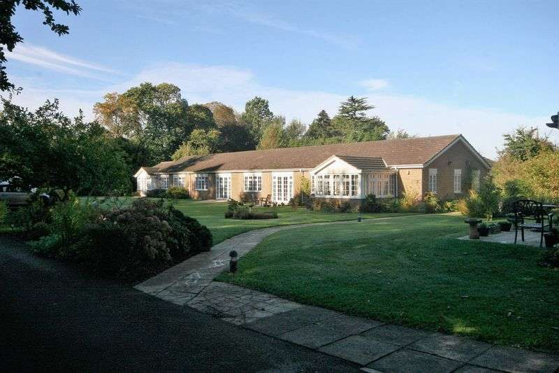2 Bedrooms Bungalow for sale in Tilford Road, Farnham