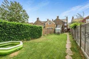 3 Bedrooms Semi Detached House for sale in Queens Road, Horley, Surrey