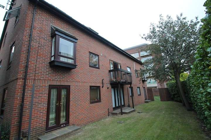 1 Bedroom Flat for sale in The Oaks, Moormede Crescent, Staines-upon-Thames, TW18