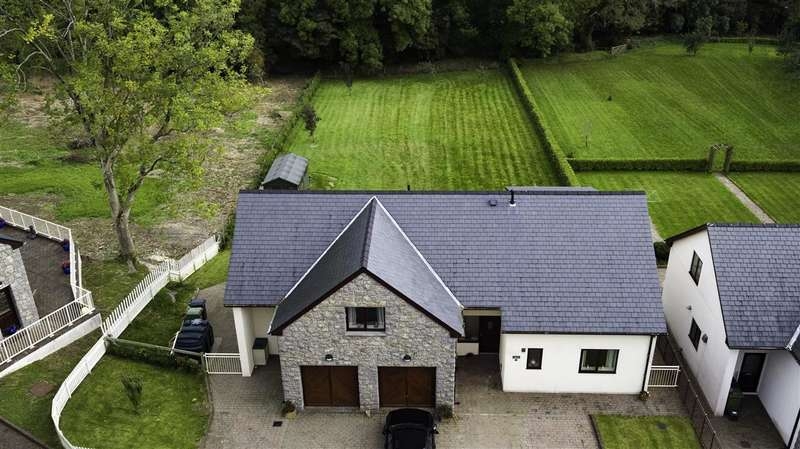 3 Bedrooms Detached House for sale in Dolgoed, 4 Cae'r Eurych, Llangristiolus