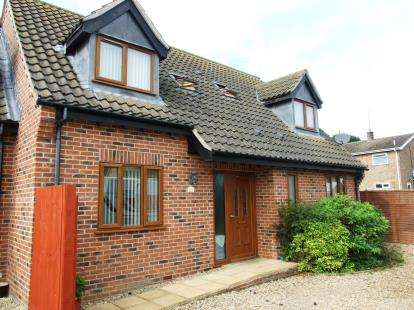 3 Bedrooms Bungalow for sale in Beck Row, Bury St. Edmunds, Suffolk