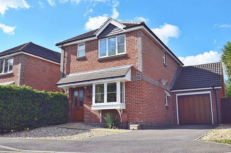 3 Bedrooms Detached House for sale in A superb three bedroom link detached house within easy walking distance of the station.
