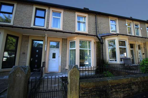 3 Bedrooms Terraced House for sale in Queens Rd, Blackburn, Lancashire, BB1 1QF