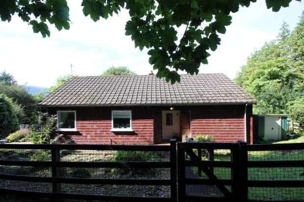 2 Bedrooms Detached Bungalow for sale in 3 Ferndene Gardens, Helensburgh, Dunbartonshire, G84 0NN