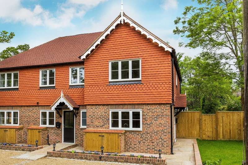 2 Bedrooms End Of Terrace House for sale in Hookwood Park, Limpsfield.