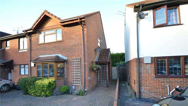 3 Bedrooms End Of Terrace House for sale in Fallowfield, Yateley, Hampshire
