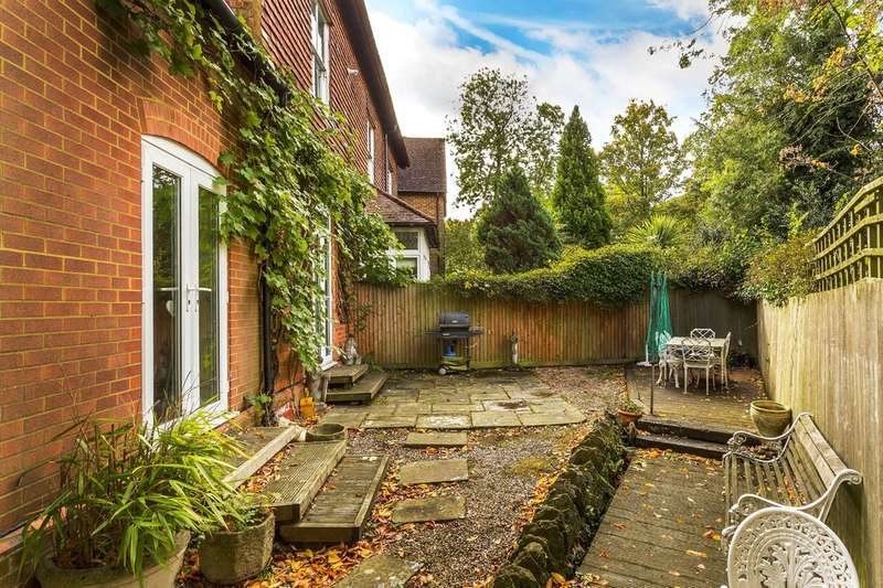 3 Bedrooms Flat for sale in Rockfield Road, Oxted
