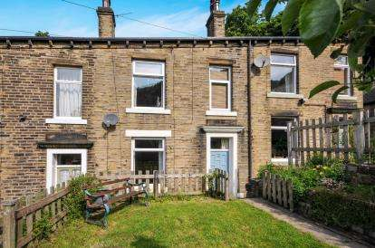 3 Bedrooms Terraced House for sale in South View, Whitegate, Halifax, West Yorkshire