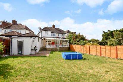 4 Bedrooms Semi Detached House for sale in Priory Close, Chingford