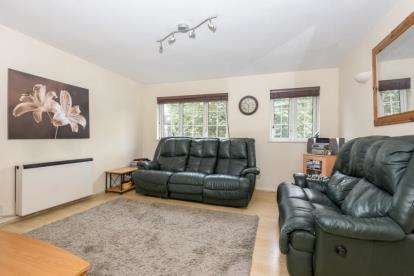2 Bedrooms Maisonette Flat for sale in The Croft, Friday Hill, London
