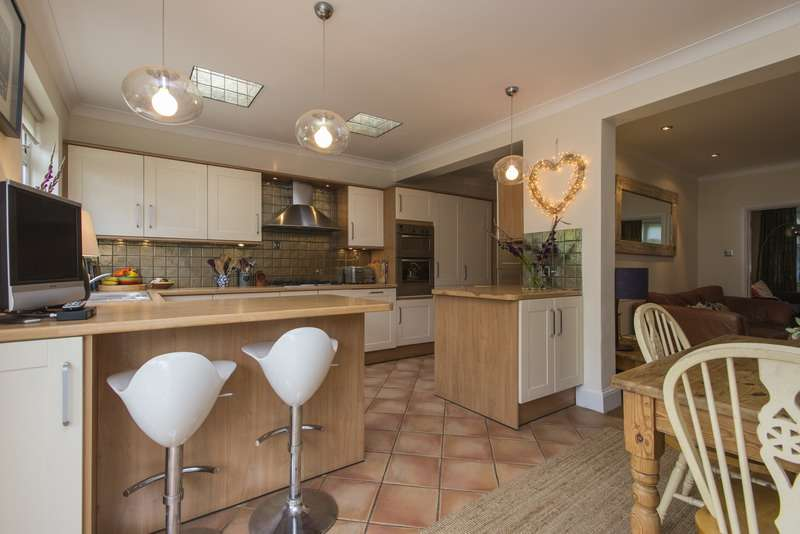 3 Bedrooms Semi Detached House for sale in Ravensbourne Avenue, Bromley, London, BR2