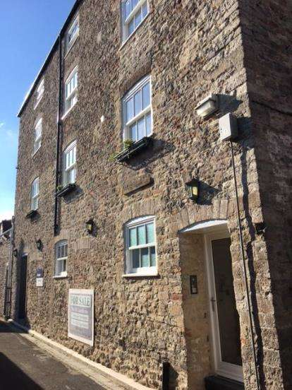 2 Bedrooms Flat for sale in Guard House Lane, Wells