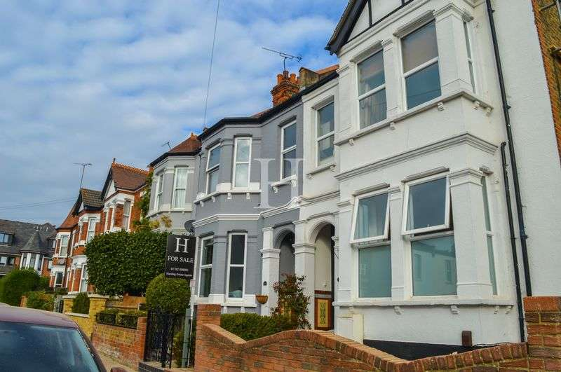 2 Bedrooms Flat for sale in Hermitage Road, Westcliff-On-Sea, Essex, SS0
