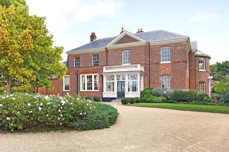 2 Bedrooms Flat for sale in Russells House, Greenbank Road, Watford, Hertfordshire, WD17