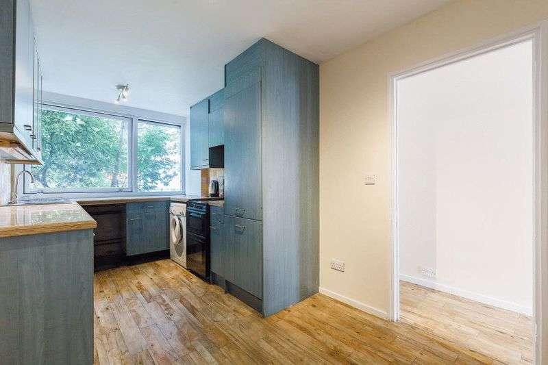 2 Bedrooms Flat for sale in Stunning 2 bedroom apartment in a desirable Brentford Dock development