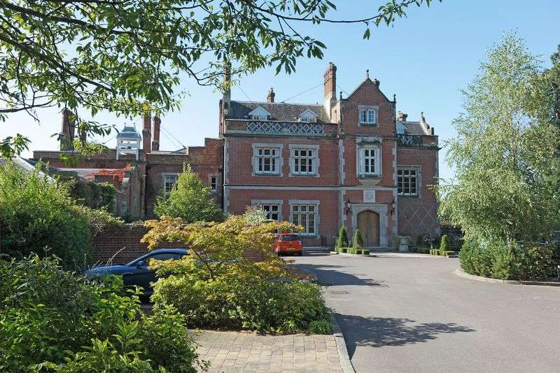 2 Bedrooms Flat for sale in Buckswood Grange, Uckfield, East Sussex