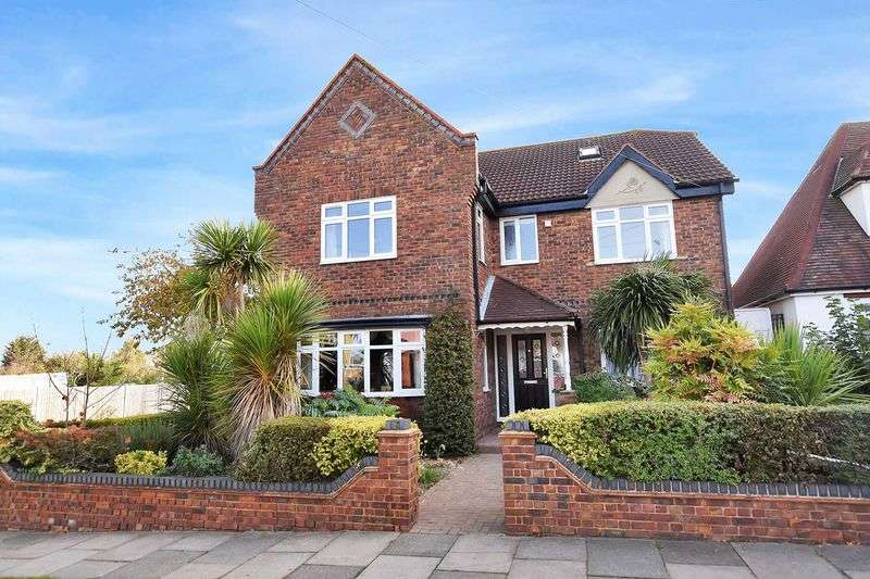 5 Bedrooms Detached House for sale in Picketts Avenue, Leigh-On-Sea