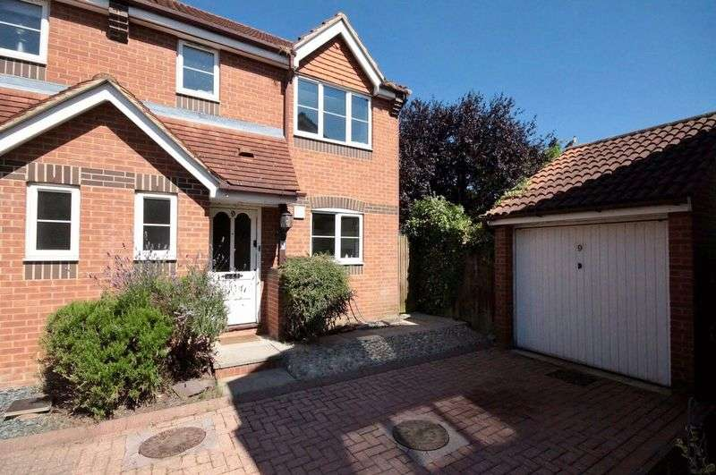 3 Bedrooms Terraced House for sale in Swallow Close, Oxford