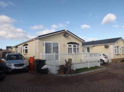 2 Bedrooms Bungalow for sale in Hayes Country Park, Battlesbridge, Wickford