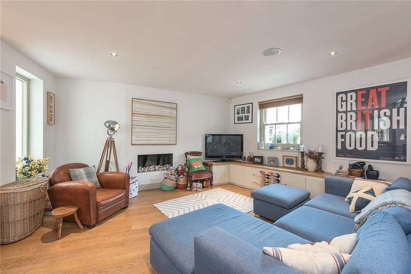 2 Bedrooms Flat for sale in River Street, London, EC1R