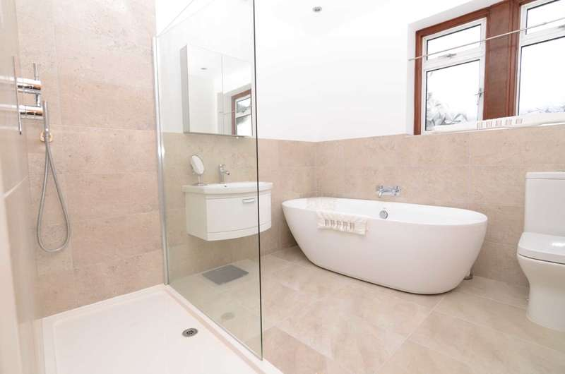 3 Bedrooms Semi Detached House for sale in Woodside Crescent, Sidcup, DA15 7JJ