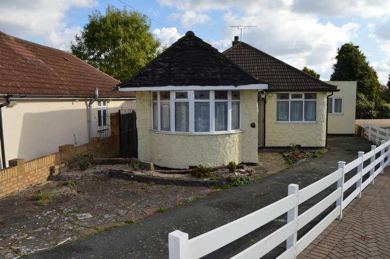 3 Bedrooms Bungalow for sale in Hamlet Close, Collier Row