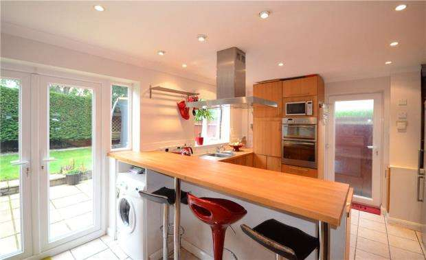 5 Bedrooms Detached House for sale in Larch Way, Farnborough, Hampshire