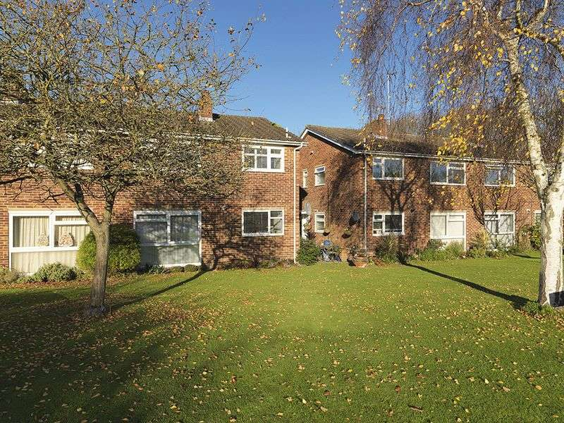 2 Bedrooms Flat for sale in Warwick Gardens, Thames Ditton, KT7