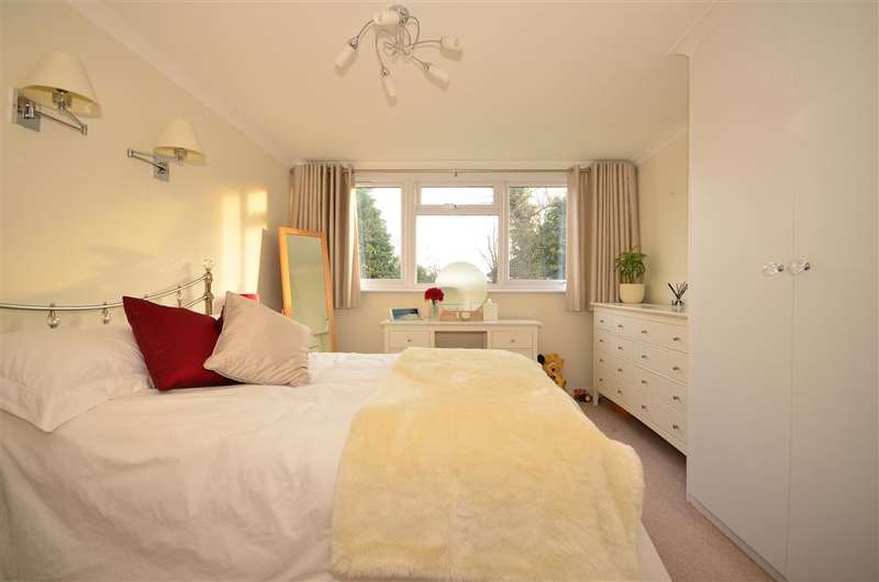2 Bedrooms Ground Flat for sale in Long Green, Chigwell, Essex